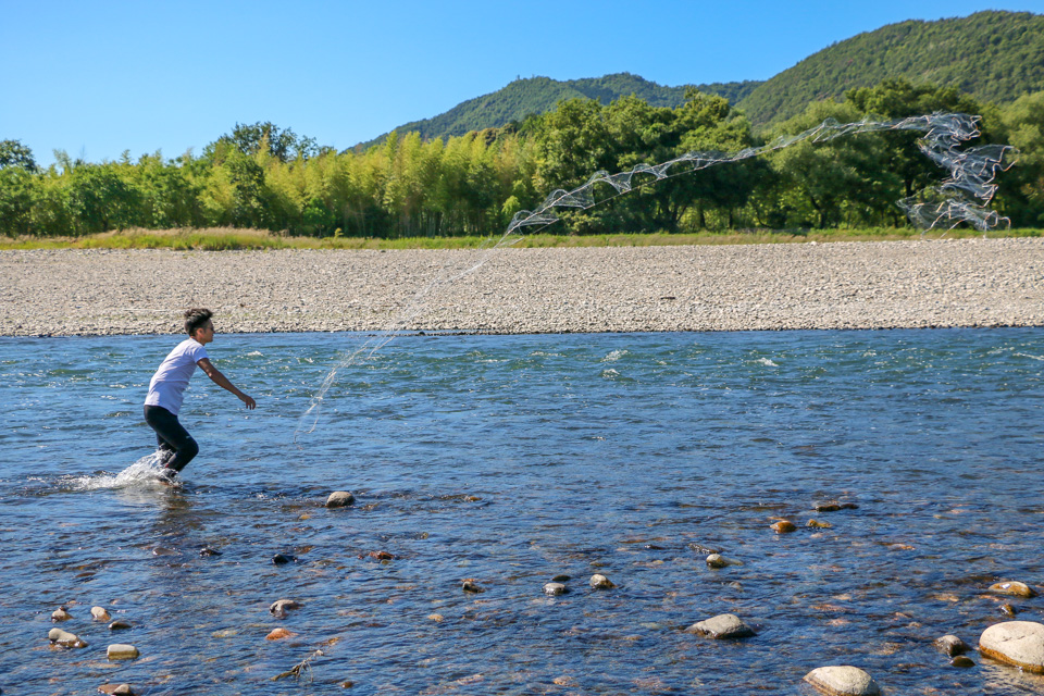 アユのシーズン中に漁をする平工さん